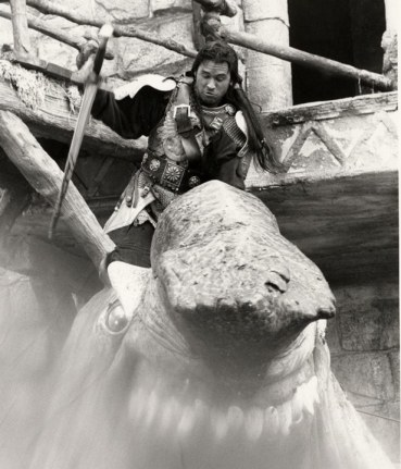 Val Kilmer as Madmartigan fighting the Eborsisk full-size head.